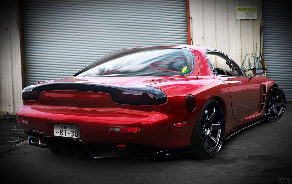 Rouge Mazda RX-7.